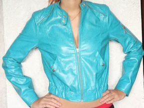 Ярко-бирюзовая короткая кожаная куртка