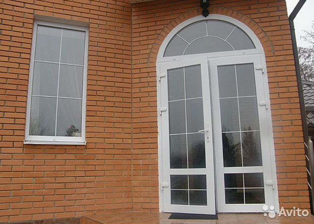 дом с арочными окнами и с арочной входной двери